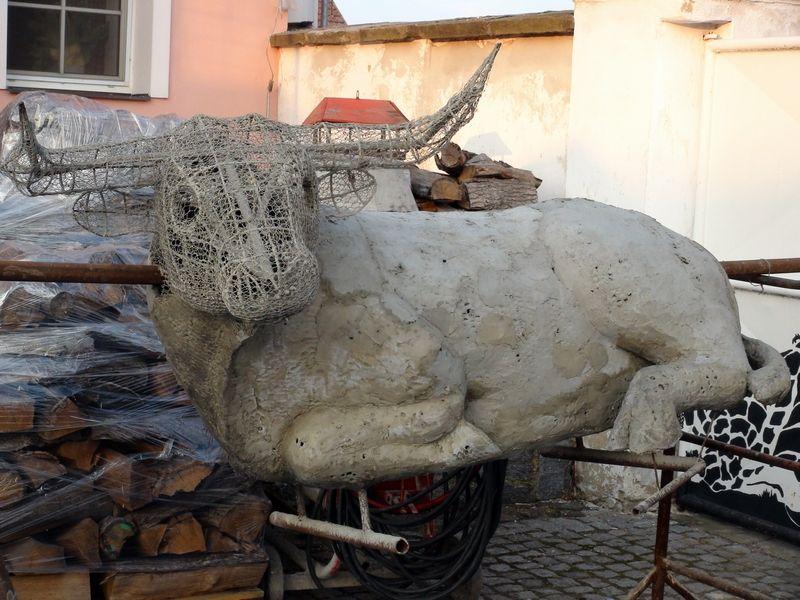 kráva pratura - aplikace základní vrstvy betonu