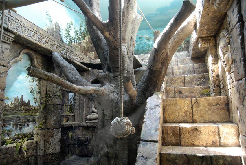 interiér vnitřní ubikace inspirovaný komplexem Angkor Wat, chrámem Ta Prohm a dalšími