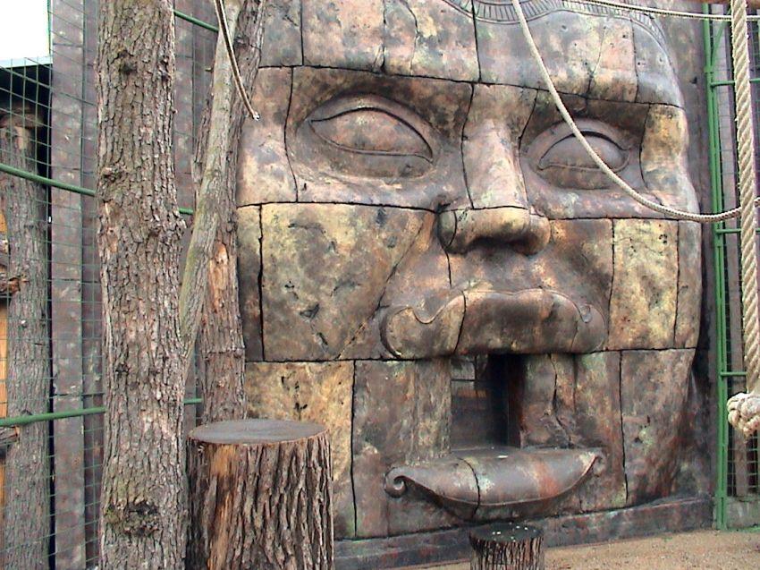 dekorace výběhu - tvář Avalokitéšvary inspirovaná chrámem Bayon