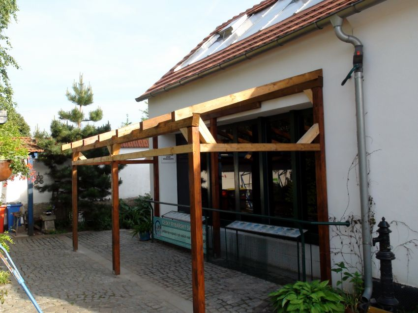 """stavba """"kina"""" - zastíněného prostoru pro návštěvníky (2011)"""